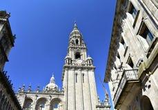 Santiago de Compostela, Spanien Kathedrale, Glockenturm von Plaza de Las Platerias mit blauem Himmel lizenzfreie stockfotos