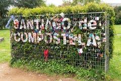 Santiago de Compostela-Zeichen auf Pflanzenwand stockfotografie