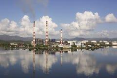 SANTIAGO DE CUBA, CUBA 23 de noviembre de 2015: ` Termoeléctrico de Antonio Maceo del ` de la planta fotos de archivo