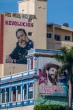 SANTIAGO DE CUBA, KUBA - 1. FEBRUAR 2016: Propagandaplakate in Santiago de Cuba Es sagt: Für Kuba mit Fidel Revolutio lizenzfreie stockbilder