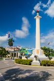 SANTIAGO DE CUBA KUBA - JANUARI 31, 2016: Kolonn av frihet på den Plaza de Marte fyrkanten i Santiago de Cuba, Cu royaltyfria foton