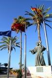 Santiago de la Ribera, Murcia, España - 31 de julio de 2018: La estatua 'homenaje al peregrino ', por Juan Jose Quiros, en la bar imágenes de archivo libres de regalías