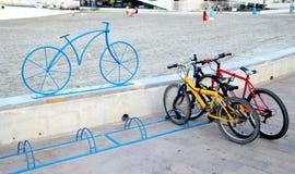 Santiago de la Ribera, Murcie, Espagne - 31 juillet 2018 : Bicyclettes garées dans un support de vélo, marqué par une sculpture m image libre de droits