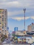 Santiago, le Ande e un graffito Immagini Stock