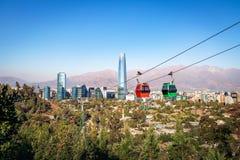 Santiago Metropolitan Park Cable Car- und Santiago-Luftskyline mit Costanera-Wolkenkratzer - Santiago, Chile stockfotos