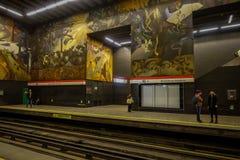 SANTIAGO, O CHILE - 16 DE OUTUBRO DE 2018: Opinião interna os povos no metro situado na cidade do Santiago do Chile, trens fotos de stock royalty free