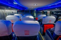 SANTIAGO, O CHILE - 17 DE SETEMBRO DE 2018: Ideia interna dos assentos em um ônibus do transporte público no Santiago do dowtown imagens de stock royalty free