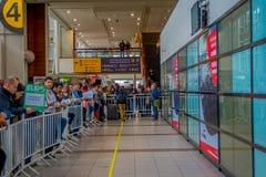 SANTIAGO, O CHILE - 13 DE SETEMBRO DE 2018: Opinião interna os povos impacientes que esperam a chegada dos passageiros no imagem de stock royalty free