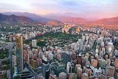 Santiago przy zmierzchem z Andes zdjęcia stock