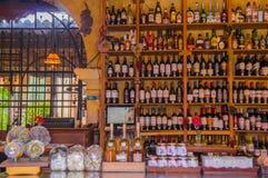 Santiago Sacatepequez, Guatemala - 1 de noviembre de 2017: La vista interior de la tienda con alcohol clasificado bebe en una bar fotografía de archivo