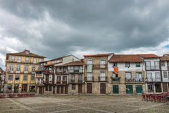 Santiago Square i den historiska mitten av Guimaraes, Portugal Arkivbilder