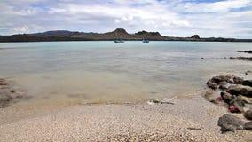 Santiago wyspa widzieć od plaży Chińska Kapeluszowa wyspa w Galapagos, Ekwador zbiory