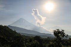 Santiaguito que entra en erupción con Santa Maria en el fondo en una mañana soleada, Altiplano, Guatemala foto de archivo libre de regalías