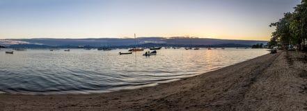 Santo安东尼奥de里斯本海滩-弗洛里亚诺波利斯,圣卡塔琳娜州,巴西全景在日落的 库存照片