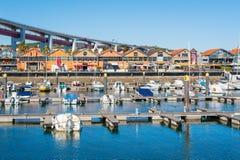 Santo Amaro s'accouple avec le pont du 24 avril à l'arrière-plan Photos libres de droits