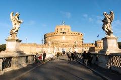 Santo Angel Castle Castel Sant Angelo y puente Ponte Sant Ángel Ventanas viejas hermosas en Roma (Italia) imágenes de archivo libres de regalías