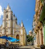 Santo Angel Custodio Church con la bóveda del museo de la revolución en el fondo - La Habana, Cuba foto de archivo libre de regalías