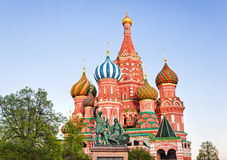 Santo Basil Cathedral en el cuadrado rojo, Moscú en la puesta del sol Imagen de archivo