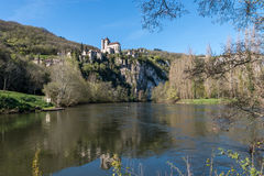 Santo Cirq Lapopie en el departamento de la porción, pueblo francés Imagen de archivo libre de regalías