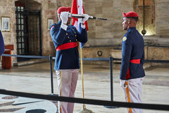 SANTO DOMINGO, ΔΟΜΙΝΙΚΑΝΉ ΔΗΜΟΚΡΑΤΊΑ - 24 ΜΑΡΤΊΟΥ 2017: Αλλαγή της φρουράς τιμής μέσα σε εθνικό Pantheon της Δομινικανής Δημοκρατ Στοκ Εικόνες