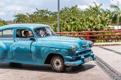 SANTO DOMINGO, DOMINICAANSE REPUBLIEK - 8 AUGUSTUS, 2017: Amerikaanse blauwe retro auto op stadsstraat Exemplaarruimte voor tekst Stock Afbeeldingen