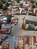 SANTO DOMINGO, DOMINIKANISCHE REPUBLIK - 14. APRIL 2017: Arme Viertel nahe bei dem Ozama-Fluss Lizenzfreies Stockfoto