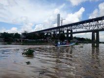 SANTO DOMINGO, DOMINIKANISCHE REPUBLIK - 14. APRIL 2017: Prekäre Häuser unter Brücke auf den Banken des Ozama-Flusses Stockbilder