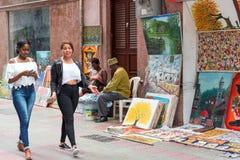 SANTO DOMINGO, DOMINIKANISCHE REPUBLIK - 8. AUGUST 2017: Künstler auf einer Stadtstraße Kopieren Sie Raum für Text Stockbilder