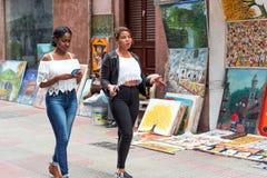 SANTO DOMINGO, DOMINIKANISCHE REPUBLIK - 8. AUGUST 2017: Künstler auf einer Stadtstraße Kopieren Sie Raum für Text Lizenzfreies Stockfoto
