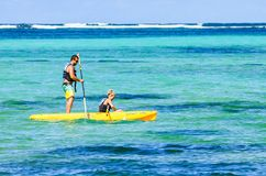 SANTO DOMINGO, DOMINIKANISCHE REPUBLIK - 29. OKTOBER 2015: Paare, die im Ozean Kayak fahren Stockfotografie