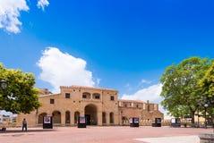 SANTO DOMINGO DOMINIKANSKA REPUBLIKEN - AUGUSTI 8, 2017: Sikt av den byggande Columbus Palace Kopiera utrymme för text Royaltyfri Foto