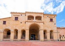 SANTO DOMINGO DOMINIKANSKA REPUBLIKEN - AUGUSTI 8, 2017: Sikt av den byggande Columbus Palace Kopiera utrymme för text Royaltyfri Bild