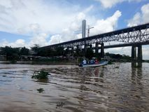SANTO DOMINGO, RÉPUBLIQUE DOMINICAINE - 14 AVRIL 2017 : Maisons périlleuses sous le pont sur les banques de la rivière d'Ozama Images stock