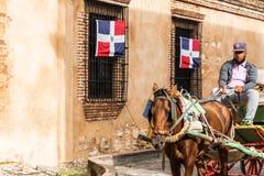SANTO DOMINGO, REPÚBLICA DOMINICANA - 8 DE AGOSTO DE 2017: El cochero en un carro retro en una calle de la ciudad Copie el espaci fotografía de archivo libre de regalías