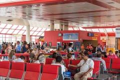 SANTO DOMINGO, REPÚBLICA DOMINICANA - 8 DE AGOSTO DE 2017: Un grupo de personas en el salón del aeropuerto imagen de archivo libre de regalías