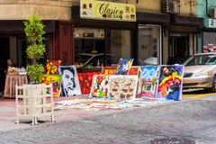 SANTO DOMINGO, REPÚBLICA DOMINICANA - 8 DE AGOSTO DE 2017: Venda das imagens na rua da cidade Copie o espaço para o texto Fotos de Stock Royalty Free