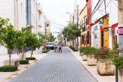 SANTO DOMINGO, REPÚBLICA DOMINICANA - 8 DE AGOSTO DE 2017: Vista da rua histórica da cidade Copie o espaço para o texto fotografia de stock