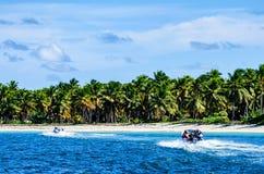 SANTO DOMINGO, REPÚBLICA DOMINICANA - 29 DE OUTUBRO DE 2015: Barcos de motor na água Foto de Stock