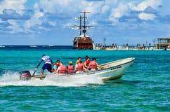 SANTO DOMINGO, REPÚBLICA DOMINICANA - 29 DE OUTUBRO DE 2015: Turistas no barco na água Imagens de Stock