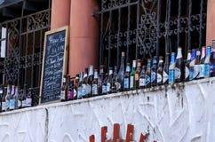 SANTO DOMINGO, REPÚBLICA DOMINIQUENSE 30 DE OUTUBRO DE 2015: Garrafas de vidro fora do bar em Santo Domingo Foto de Stock Royalty Free