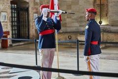 SANTO DOMINGO, REPUBBLICA DOMINICANA - 24 MARZO 2017: Cambiamento del panteon nazionale dell'interno della guardia di onore della Fotografia Stock