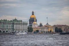 Santo Isaac Cathedral And Hermitage Museum - visión desde Neva River fotos de archivo