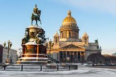 Santo Isaac Cathedral y el monumento al emperador Nicolás I Foto de archivo libre de regalías