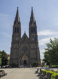 Santo Ludmila de la catedral de la iglesia de Neoghotic en el miru de Praga Namesti fotos de archivo