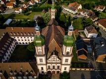 Santo majestuoso altísimo Mauricio de la iglesia en poco pueblo francés E foto de archivo