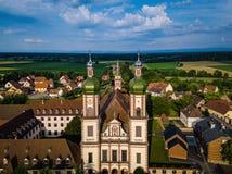 Santo majestuoso altísimo Mauricio de la iglesia en poco pueblo francés E fotos de archivo libres de regalías