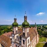 Santo majestuoso altísimo Mauricio de la iglesia en poco pueblo francés E imagenes de archivo