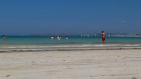 Santo Malo Beach With Woman Walking más allá en un bikini almacen de metraje de vídeo