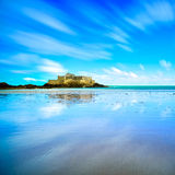 Santo Malo Fort National y playa, marea baja Bretaña, Francia Imagen de archivo