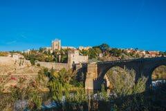 Santo Martin Bridge a través del río Tagus, Toledo, España imagen de archivo